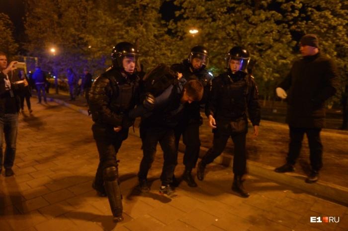 Всего за первые три дня акций в сквере у Театра драмы полицейские задержали около сотни человек , в отношении 98 участников составили 102 протокола