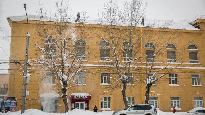 Протёкший Новосибирск: горожане массово жалуются на текущие крыши, сход снега и падающие козырьки