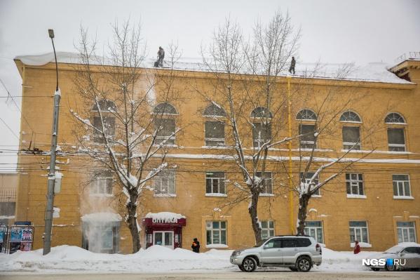 С плохо почищенных крыш стал сходить снег