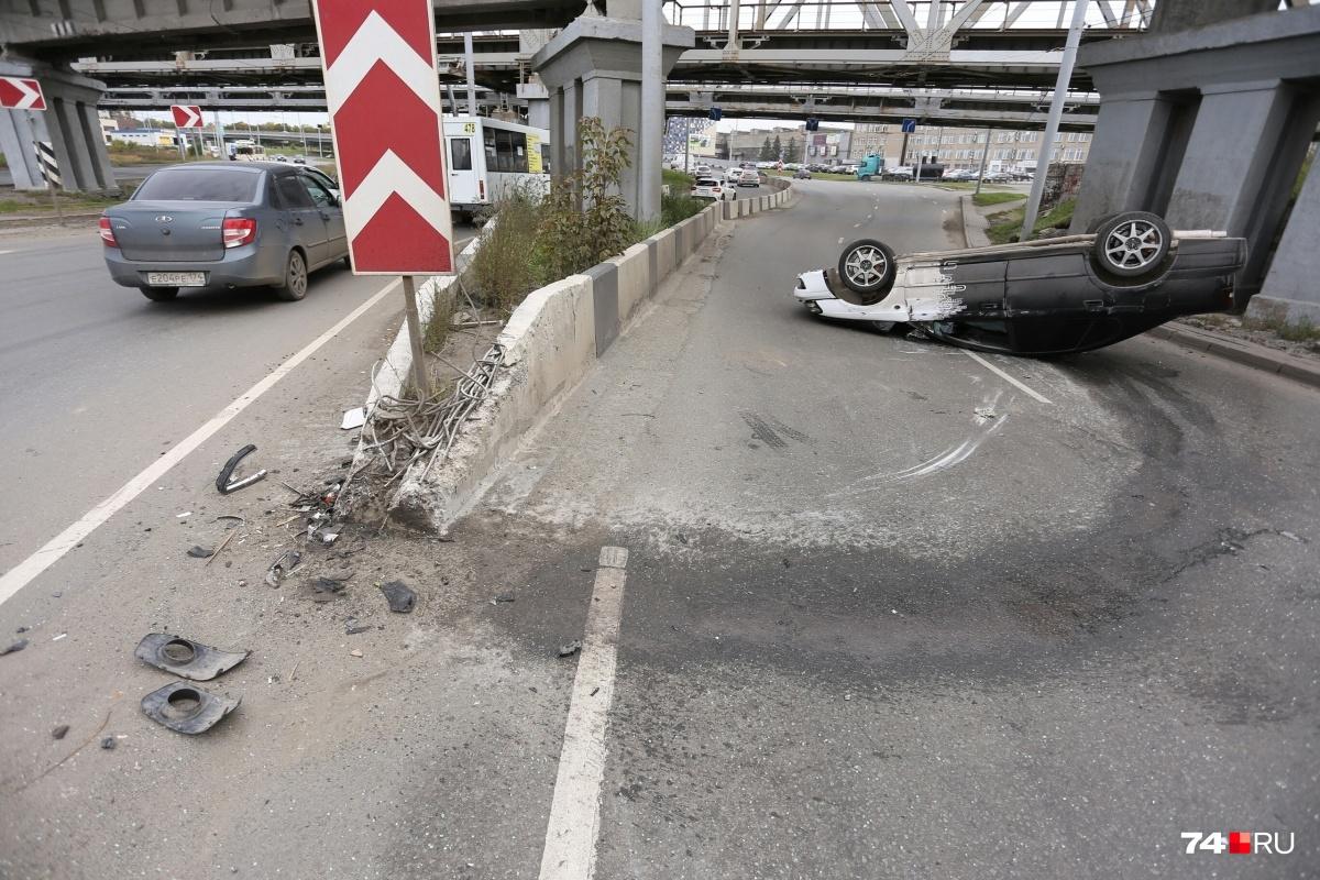 В перевернувшемся автомобиле девушка травмировала шею