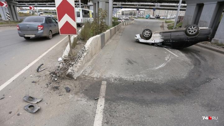 «Дед подрезал»: челябинец снял момент ДТП с перевернувшейся под мостами в Ленинском машиной