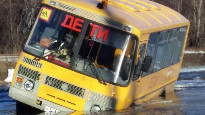 В Башкирии автобус с детьми ушел под лед: раньше он ездил по мосту, который сломался еще осенью