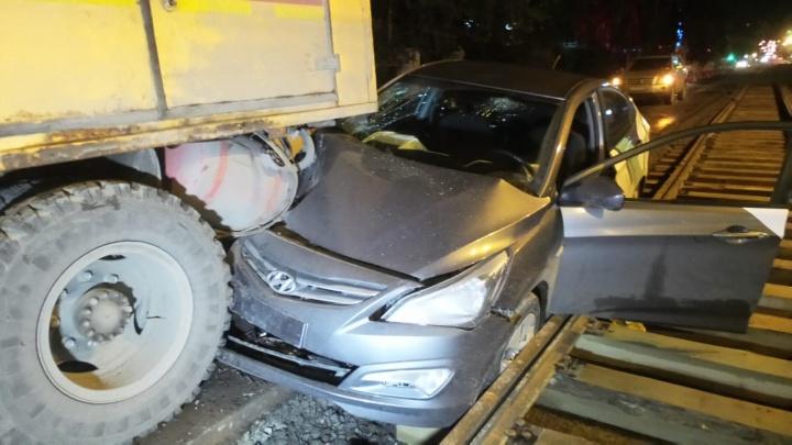 В Екатеринбурге пьяная компания на взятой напрокат машине влетела в грузовик аварийной службы