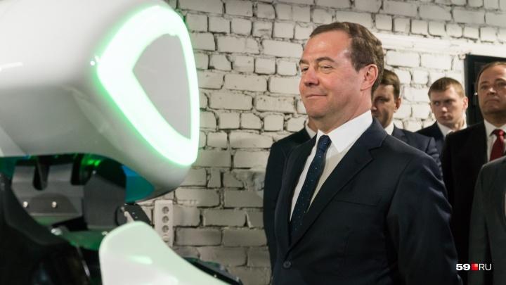 Улыбки, танцы и много роботов. Визит Дмитрия Медведева в Пермь в 10 забавных фотографиях