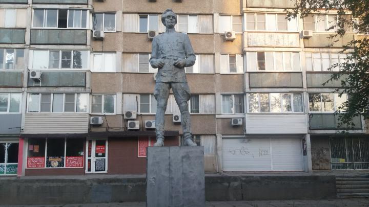 «Городу он не нужен»: в Волгограде разрушающийся памятник революционеру охраняет пивнушку