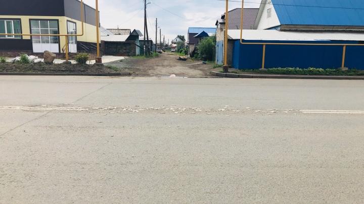 Мешает проехать: в Чурилово соскребли с дороги двойную сплошную