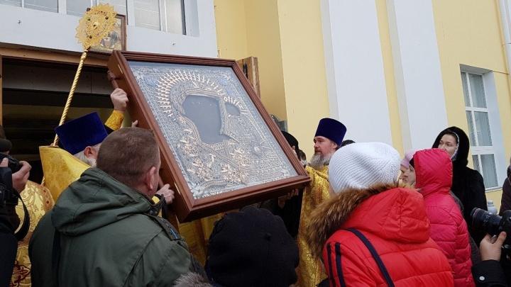В Екатеринбург привезли чудотворную икону, которая в XVII веке приплыла на Урал по реке
