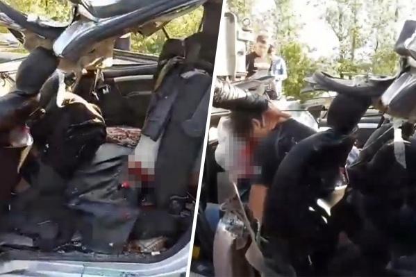 В момент аварии в машине находились семь человек