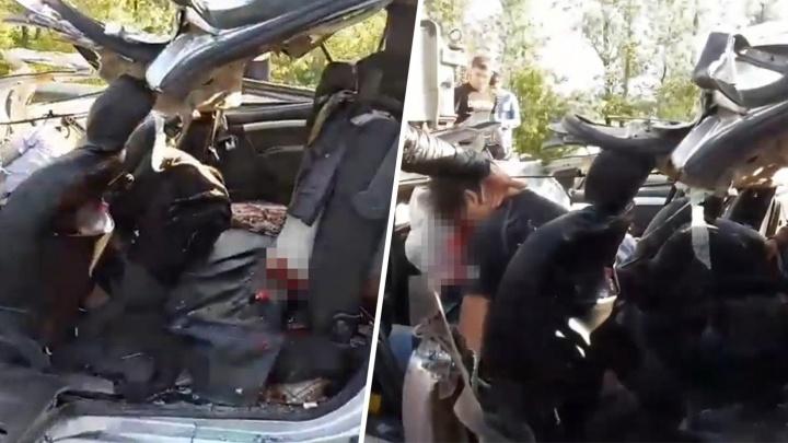 Людей вырезали из машины: видео последствий столкновения автокрана и «Ларгуса» у моста через Сок