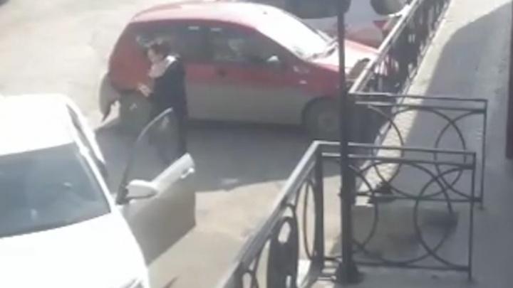 Екатеринбурженка ищет по видео женщину на Toyota, которая оторвала бампер с её машины и скрылась
