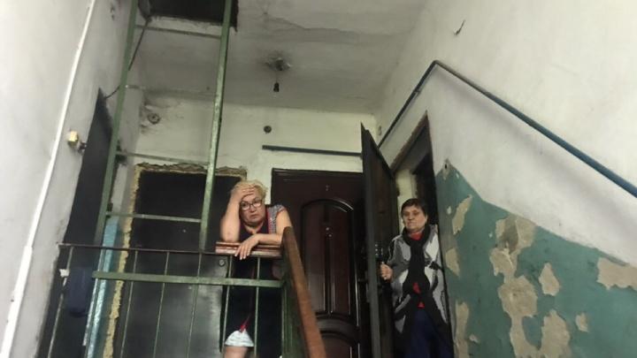 «Шифоньер упал? Нет, потолок обвалился»: снимки с места обрушения потолка на 3-й Учхозной