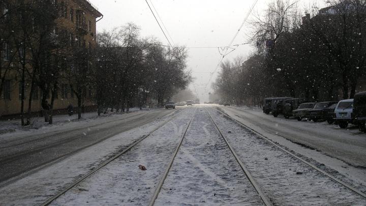 «Что за заколдованное место?»: в Ворошиловском районе коммунальная машина перекрыла дорогу трамваям