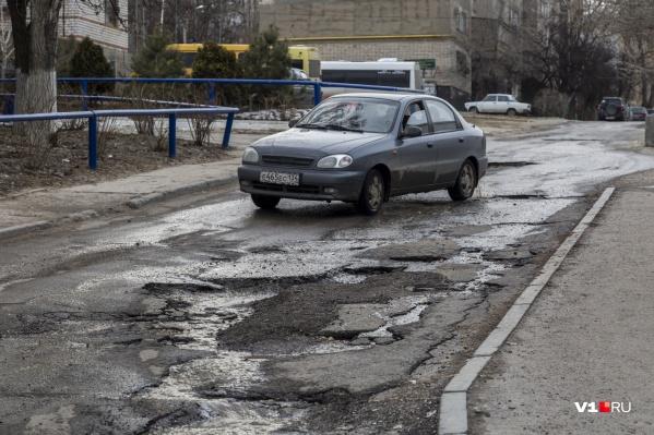 Дорогу на Пархоменко не ремонтировали и не собираются этого делать