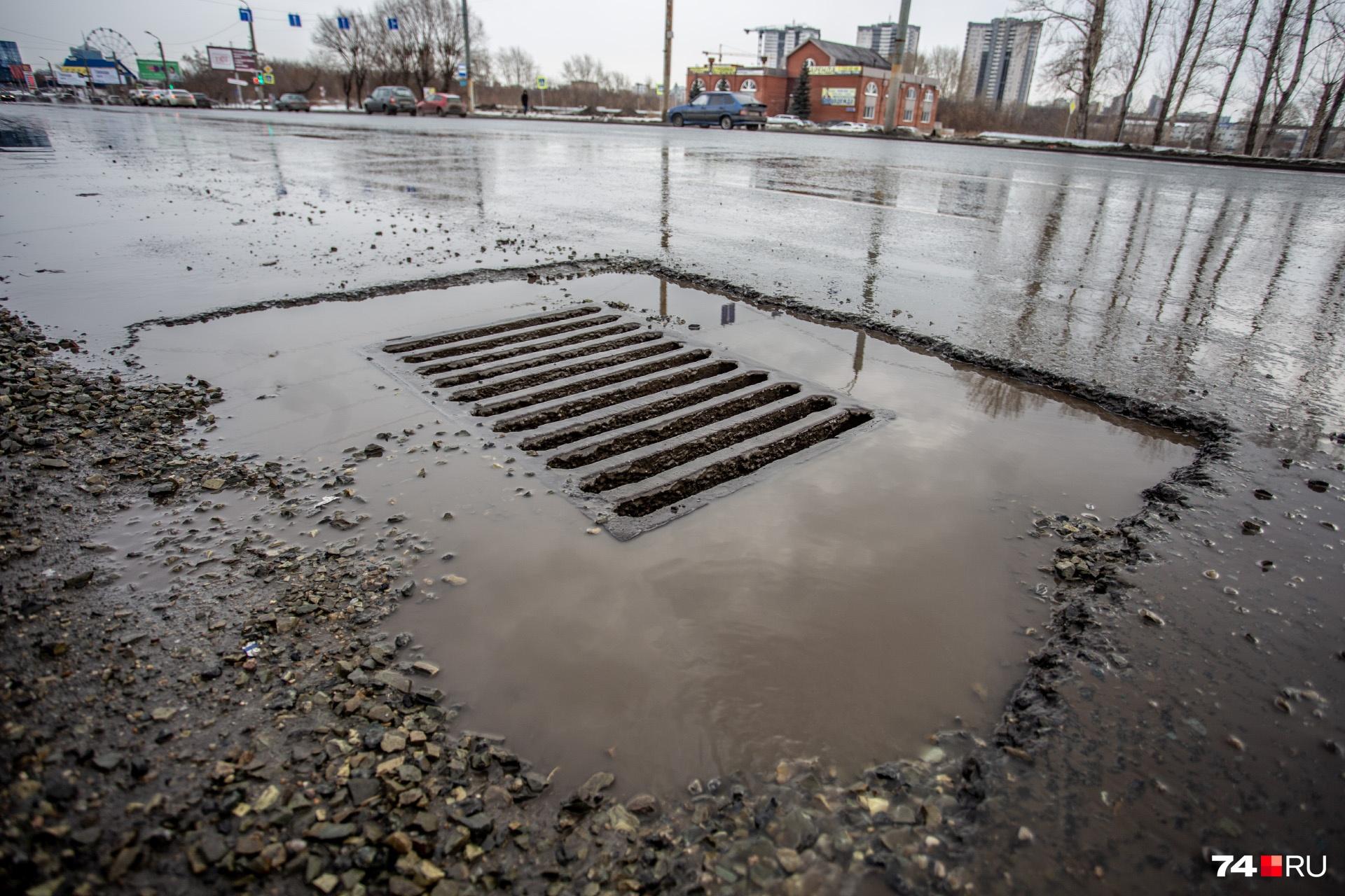 Этот участок улицы Братьев Кашириных ремонтировали в прошлом году...