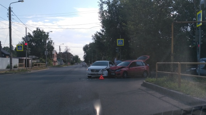 «Здесь нет обзора»: в Тольятти на перекрестке столкнулись «Тойота» и «Лада-Калина»
