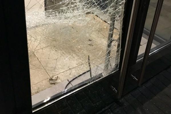 Осколки стекла были повсюду