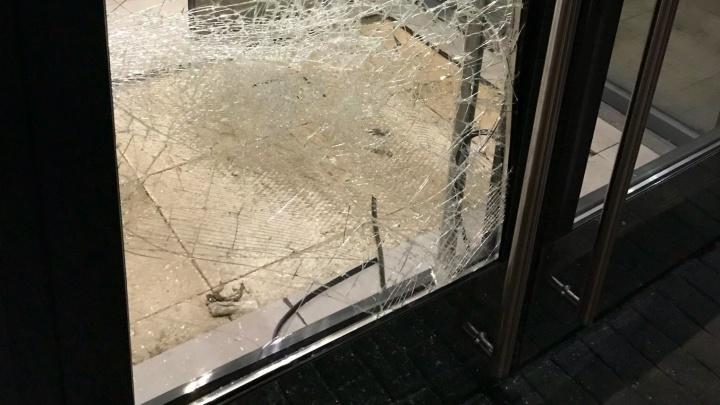 «Повсюду было стекло»: полицейские поймали хулиганов, которые пытались вломиться в «Макдоналдс»