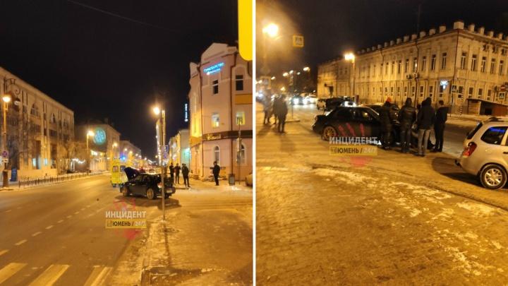 В центре Тюмени на переходе сбили 18-летнюю девушку
