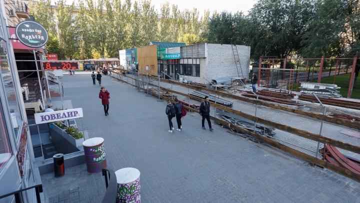 «Работаем с самого утра»: в Волгограде разбирают «неубиваемые» киоски у Центрального рынка