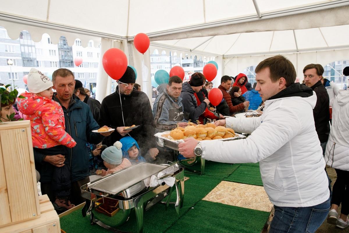Гостей угощали горячим чаем и бургерами