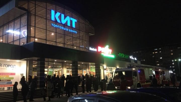 Пожарные потушили ТЦ «Кит» за 40 минут