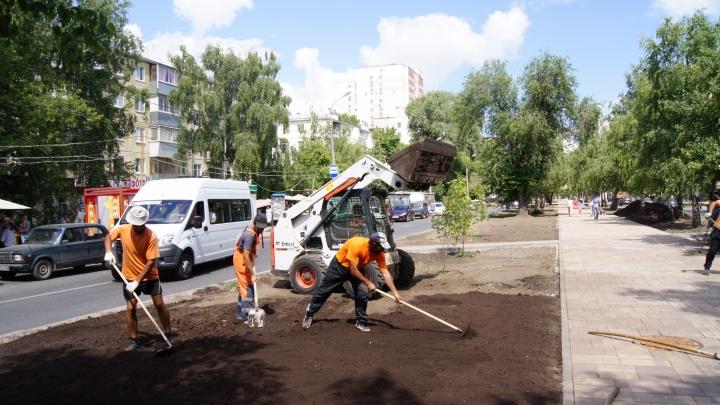 Много плитки, лавочки и ограждения: рабочие обновили половину бульвара на Революционной