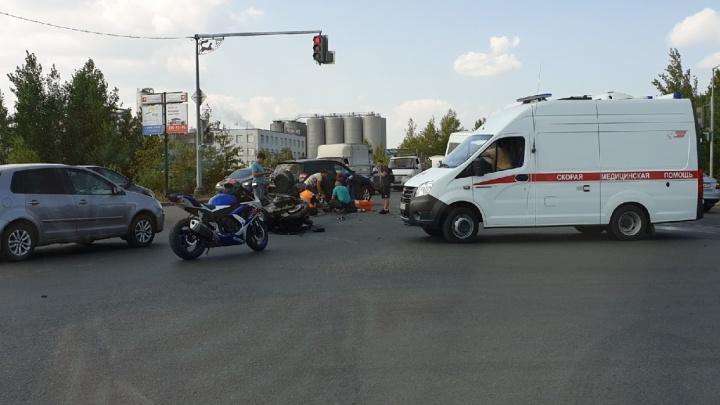 Появилось видео момента столкновения мотоцикла и микроавтобуса «Газель» на перекрестке в Уфе