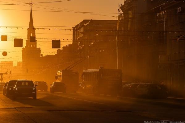Пыльная улица Свободы на закате
