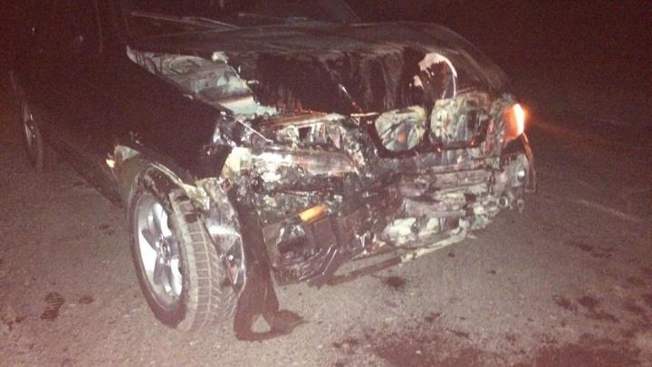 BMW покорежило после встречи с КамАЗом на ночной дороге