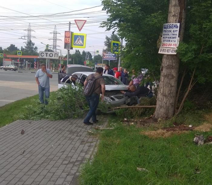 На месте аварии работают врачи скорой помощи