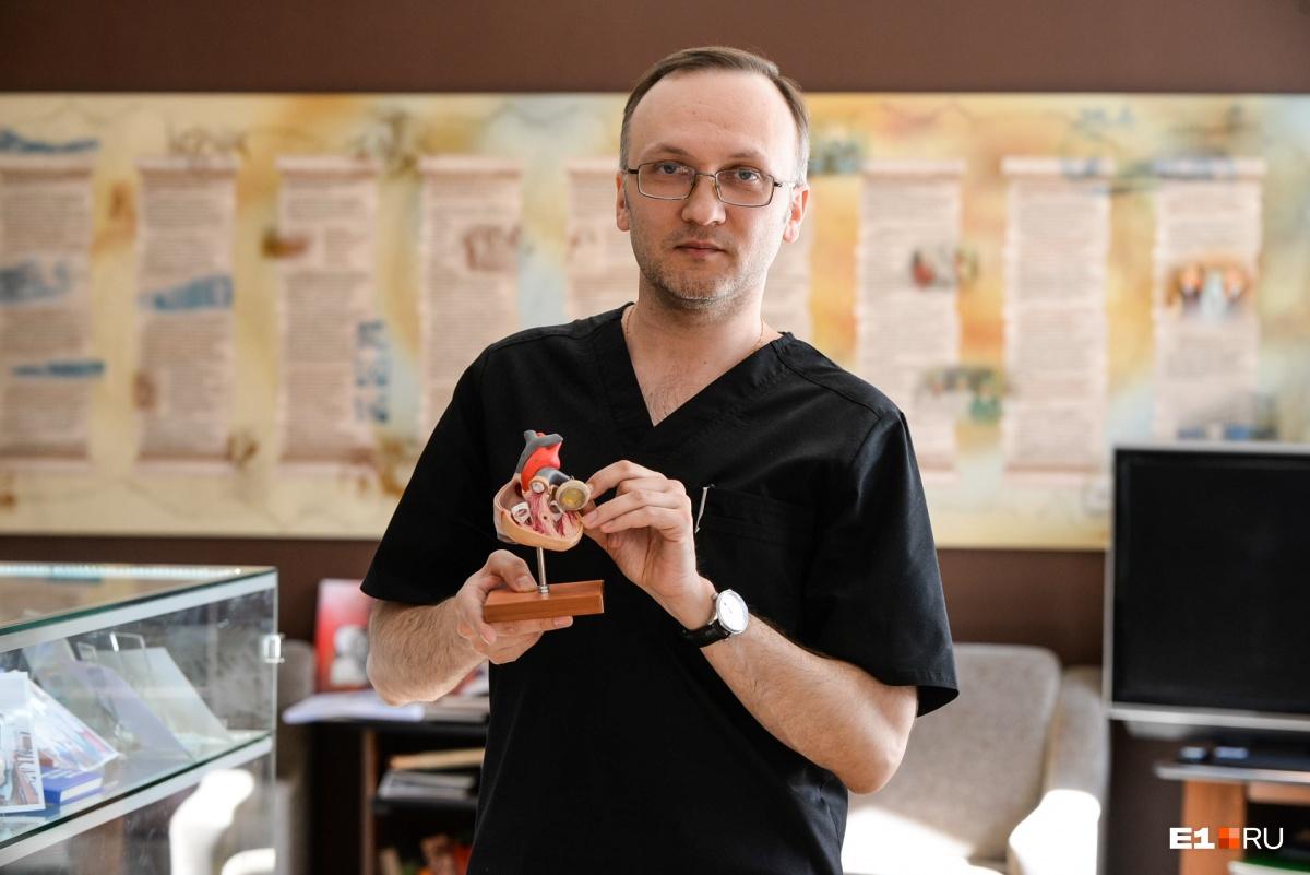 Дмитрий Мазеин показывает, где у сердца находится клапан