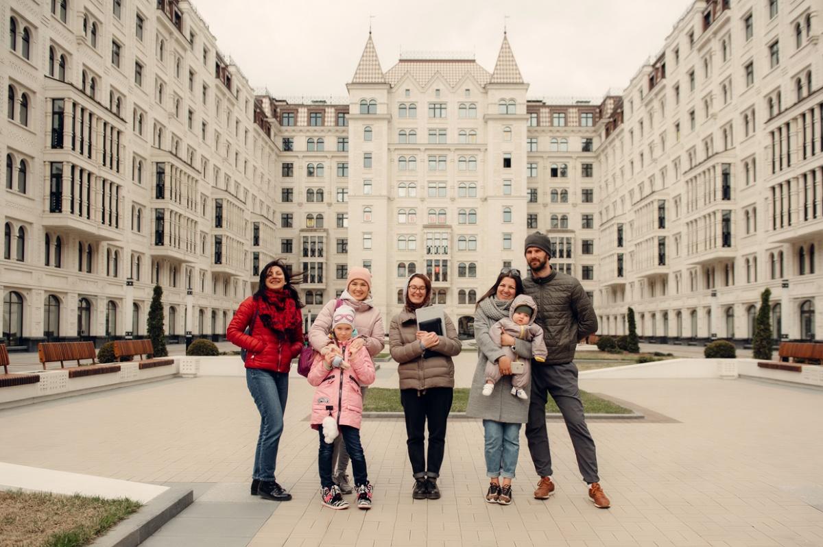 Завершающая точка маршрута — «Русский дом», который появился на карте Петербурга в прошлом году. Построенный в неорусском стиле, он вызвал восторг у всех участников экскурсии