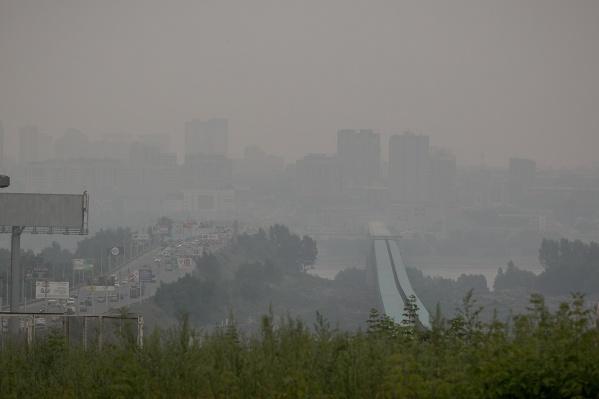 Врачи советуют новосибирцам реже бывать на улице из-за смога
