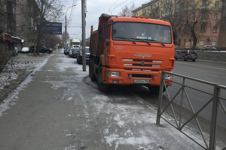 КАМАЗ может продавить тротуар