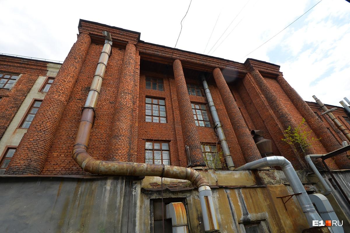 Кирпичное здание, в которое должна была переехать, но не переехала библиотека Белинского