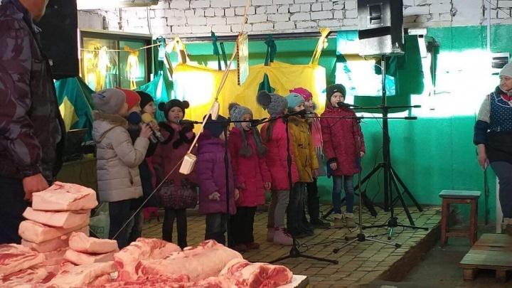 «Концерт на фоне отрубленных свиных голов»: волгоградские дети поздравили мам в мясном отделе рынка