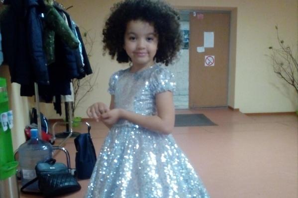 Эмили начала петь с раннего детства