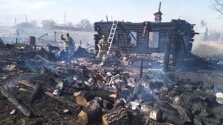 «Сжигал траву»: пожар в южноуральском селе, унесший жизни двух женщин и ребёнка, устроил хозяин дома
