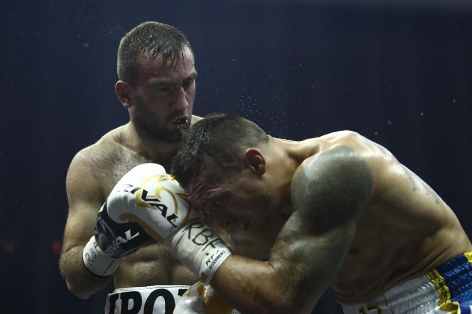 Единственное поражение в карьере Мурат Гассиев (слева) потерпел в бою с Александром Усиком (справа)