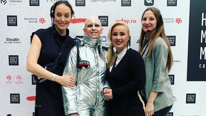 Девушка с неизлечимым выпадением волос из Красноярска стала моделью показа Moscow Fashion Week