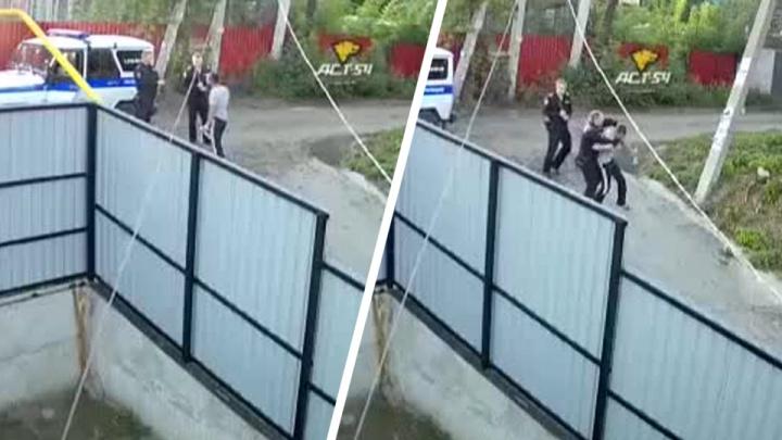 СК начал проверку видео с нападением людей в форме Росгвардии на прохожего