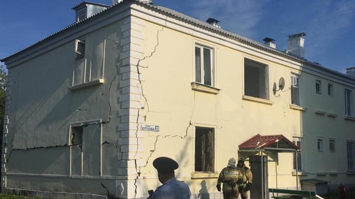 В уральском поселке после взрыва газа треснул двухэтажный дом
