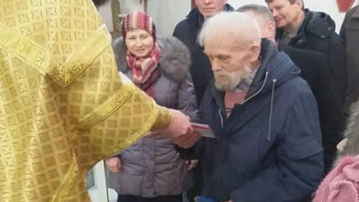 Волгоградский батюшка отдал губернаторский знак 75-летия победы под Сталинградом забытому ветерану