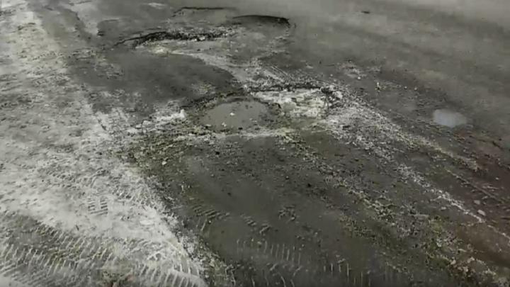«Только не закатывайте в снег»: в Волгограде у Мамаева кургана на дороге появился «ямочный ансамбль»