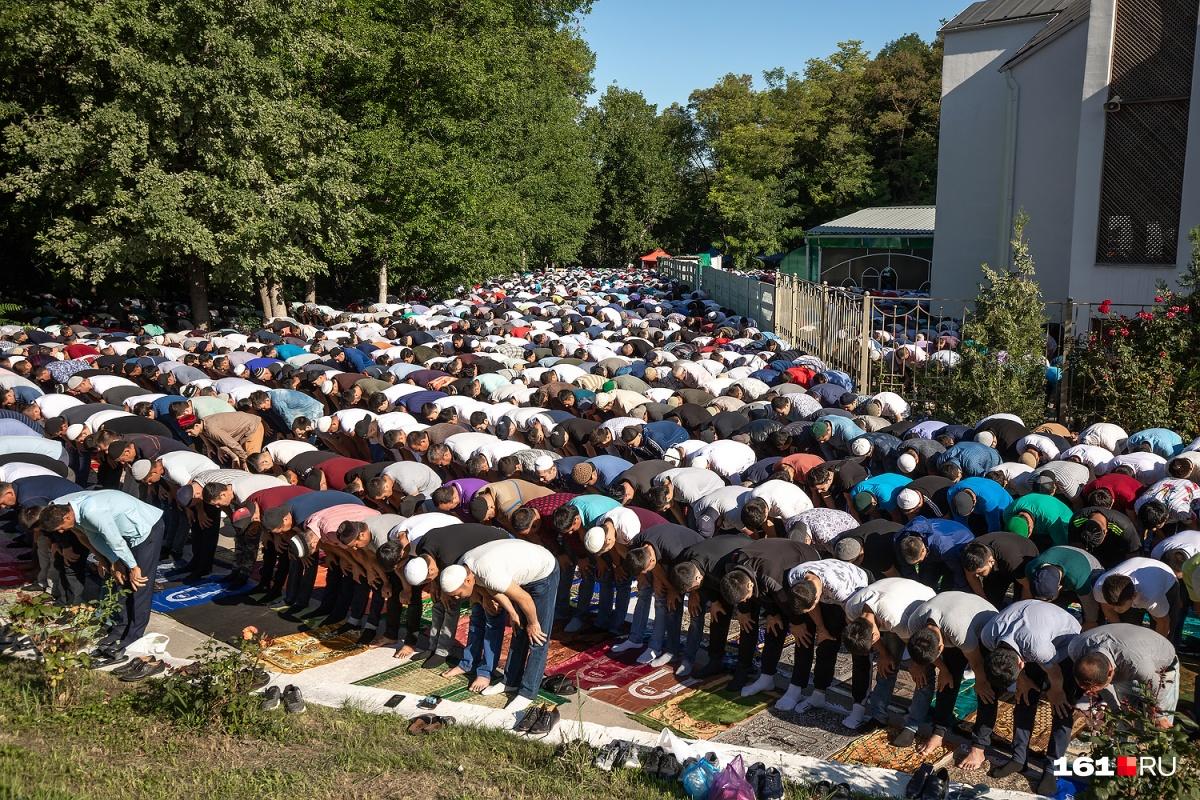 В Ростове выстроились ряды верующих