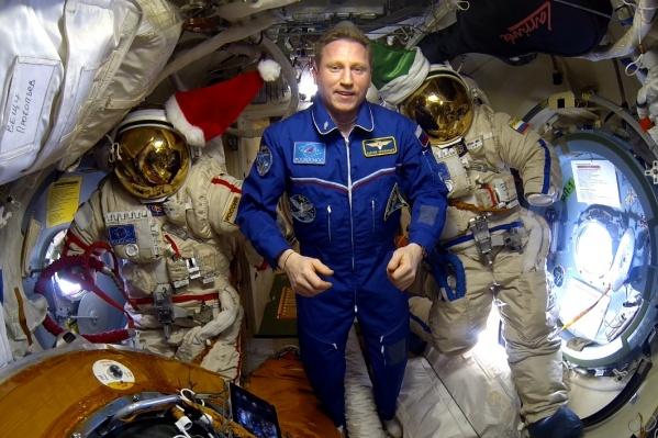 Сергей Прокопьев записал поздравление на фоне скафандров, в которых он и Олег Кононенко выходили в открытый космос