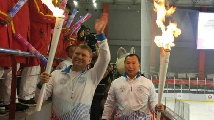 «Спорт стирает границы»: мэр Ерёмин пронес факел Универсиады в китайском Харбине