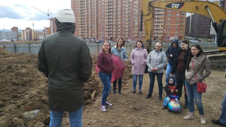 Жители 3-го микрорайона вышли на стройплощадку помешать стройке дома на месте под сквер
