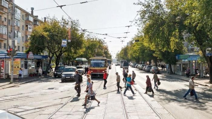 Сейчас на 8 Марта — Фрунзе нет обрудованных трамвайных остановок, люди выходят на дорогу