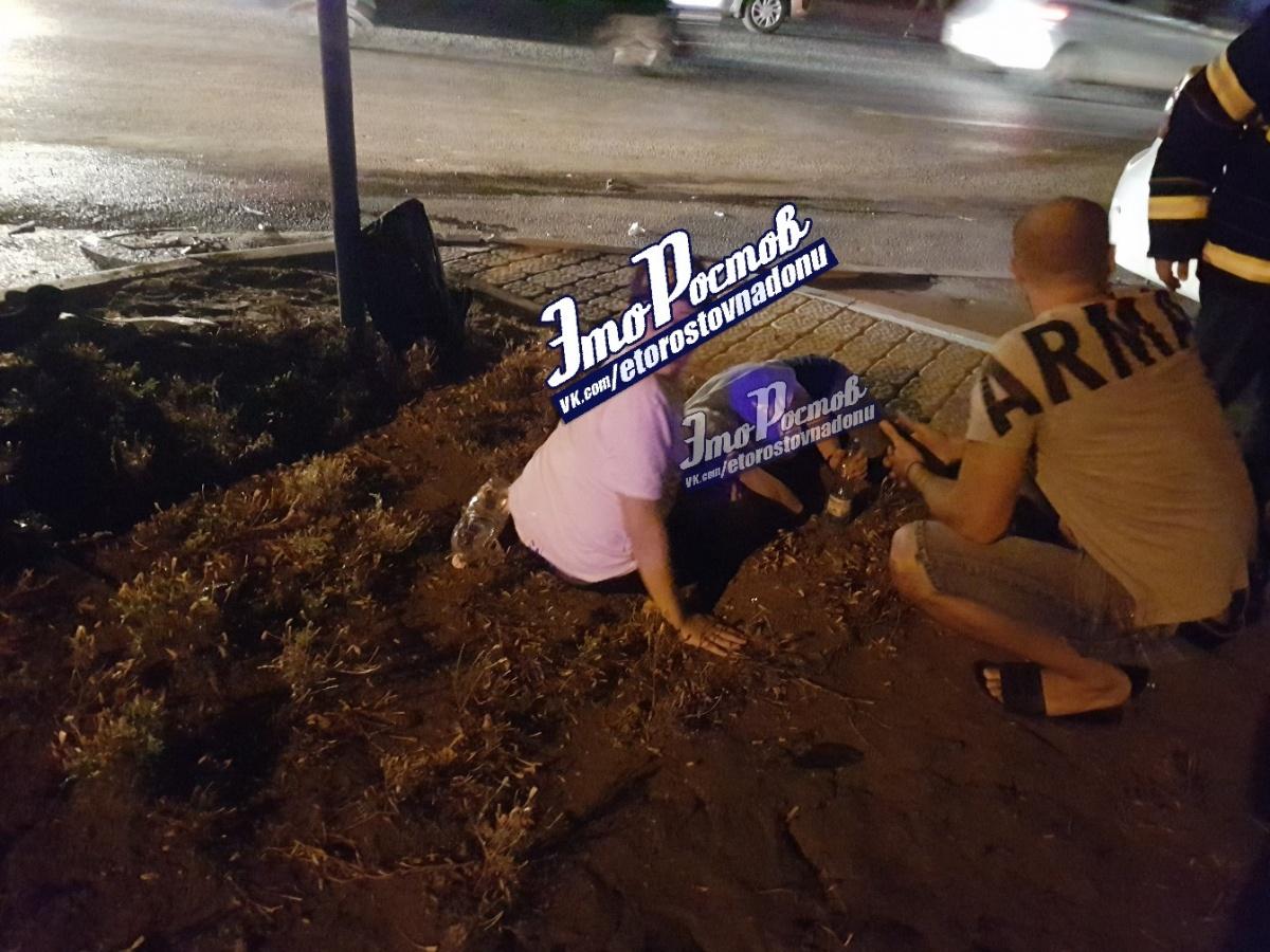 Прохожие пытаются оказать помощь пострадавшим